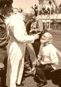 Ernesto Cardenal recibió una amonestación pública del papa Juan Pablo II durante la visita oficial de este a Managua en 1983